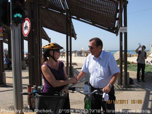 """נטע דוידי מ""""ישראל בשביל אופניים"""" מודה לרון חולדאי"""